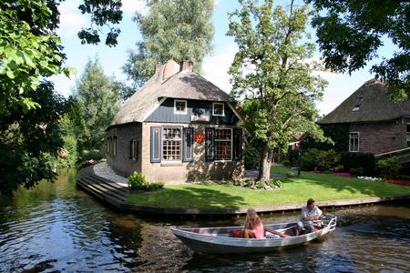 Overijssel, Giethoorn, august 2016: Tourist go by flatboat 報道画像