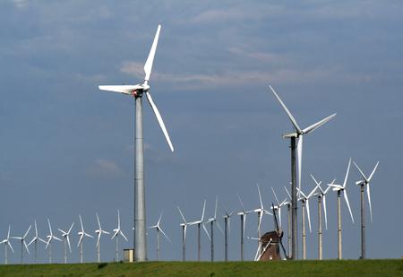 Oude windmolen in het moderne windmolenpark van de Eemshaven