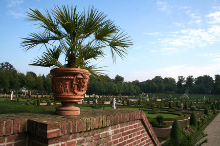 Standbeeld in de Hollands-classicistische tuin Editorial