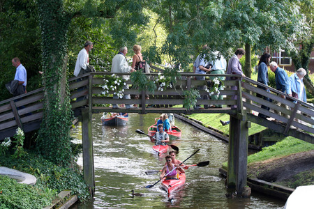 Overijssel, Giethoorn, august 2016: Tourist go by flatboat Editöryel