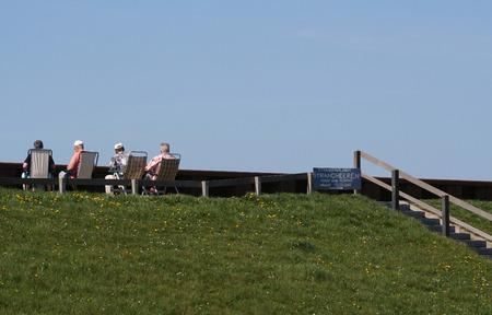 De Hondsbossche zeemuur is een 5,5 km lange dijk in de buurt van Petten, die toeristen trekt Stockfoto