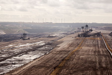 Duitsland, Noordrijn-Westfalen, -june 2017: grondgraafmachine in actie verhuizing mullock en bodem bij open kuil kolenmijn; Duitsland, voor het winnen van bruine steenkolen Stockfoto