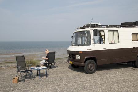 Nederland, Zeeland, Brouwersdam, -augustus 2017: Vrijetijdsactiviteiten op het strand, sport en plezier op de Brouwersdam, de zevende structuur van de Deltawerken van Nederland