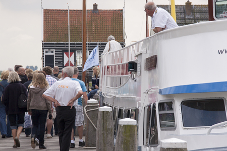 Tourists in the neighbouring harbour of Marken 報道画像