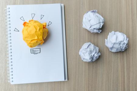 papier froissé coloré sur table en bois. Nouvelle idée, concepts créatifs, génie et innovation Banque d'images