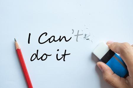 El hombre de negocios borrando no puedo cambiar el texto puedo hacerlo, el pensamiento positivo y el concepto de éxito Foto de archivo