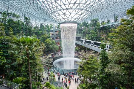 La cascada de agua gigante HSBC Rain Vortex y la hermosa naturaleza verde Shiseido Forest Valley en el aeropuerto Jewel Changi, enlace con la terminal del aeropuerto internacional Changi en Singapur; Singapur, 11 de mayo de 2019