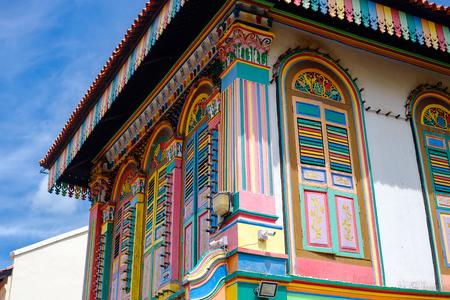 Buntes Fassadenarchitekturgebäude, lebendige Farbe der Holzfenster im Stadtteil Little India, Wahrzeichen und beliebt für Touristenattraktionen in Singapur. Südostasien Reisekonzept