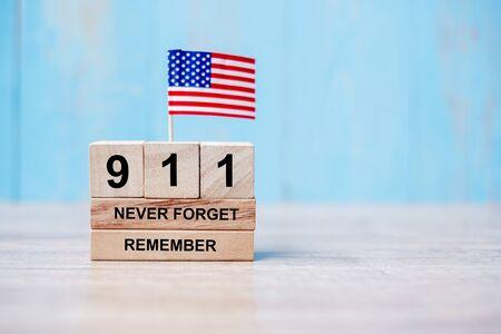 911Nunca olvides con la bandera de Estados Unidos de América sobre fondo de madera. Copie el espacio para el texto. Día del Patriota y concepto conmemorativo Foto de archivo