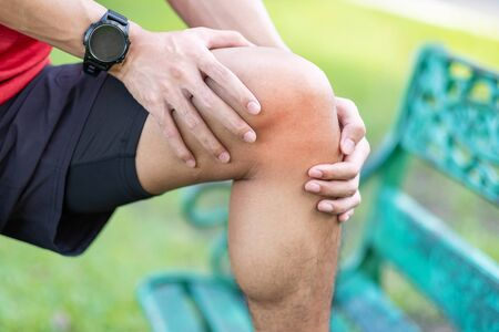 Young adult male with muscle pain during running. runner have knee ache due to Runners Knee or Patellofemoral Pain Syndrome, osteoarthritis and Patellar Tendinitis. Sports injuries and medical concept Banque d'images