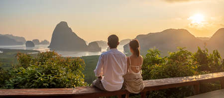 Happy couple traveler enjoy Phang Nga bay view point, Tourists relaxing at Samet Nang She, near Phuket in Southern Thailand. Southeast Asia travel, trip, love, together and summer vacation concept Standard-Bild