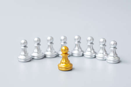 golden chess pawn pieces or leader businessman stand out of crowd people of silver men. leadership, business, team, teamwork and Human resource management concept Imagens