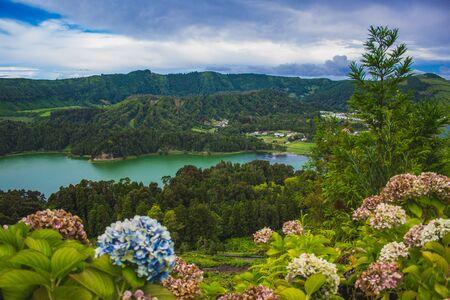 Vista sui laghi di Sete Cidades in una giornata nuvolosa, isola Sao Miguel, Azzorre, Portugal Archivio Fotografico