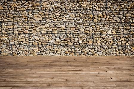 Holzlatten und Gabionenwand mit Felsbrocken gefüllt Standard-Bild - 24564376