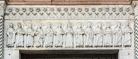 Ausschnitt aus dem Portal der Kirche von San Martino, Lucca, Toskana, Italien Standard-Bild - 52589217
