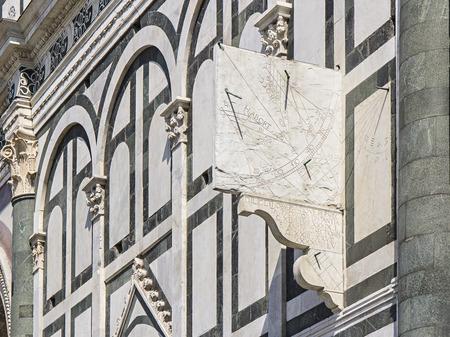Sonnenuhr an der Fassade von Santa Maria Novella, Florecia, Toskana, Italien Standard-Bild - 52589220