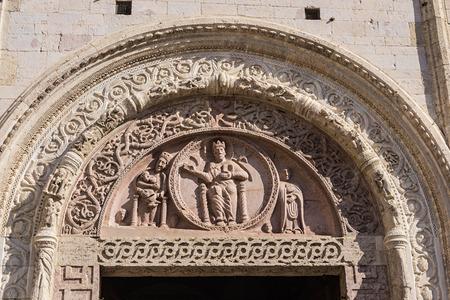 Tympanon des Portals der Kathedrale von San Rufino, Assisi, Umbrien, Italien Standard-Bild - 52589222