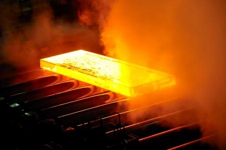 siderurgia: acero caliente en el transportador