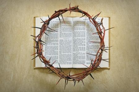 corona de espinas: corona de espinas en una biblia