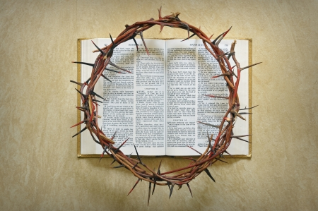 doornenkroon: kroon van doornen op een bijbel
