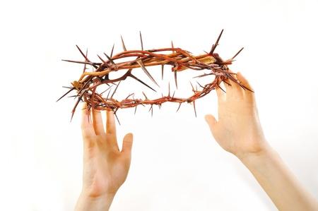 humility: corona de espinas y las manos aisladas