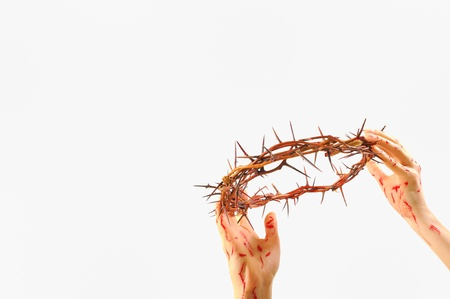 humility: corona de espinas y las manos ensangrentadas