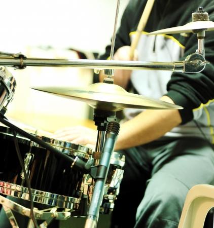spielen die Trommel Standard-Bild