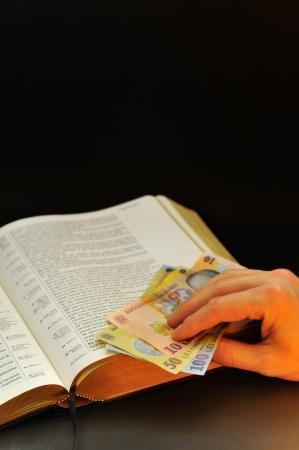 leu: offrendo rumeno valuta e Sacra Bibbia