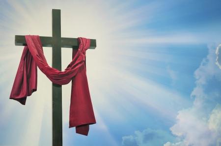 resurrecci�n: Cruz contra el cielo Foto de archivo