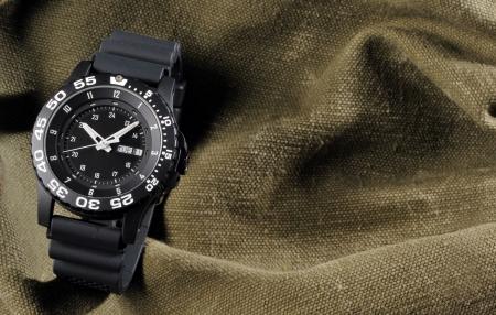 mans watch: vigilancia militar en fondo saco Foto de archivo