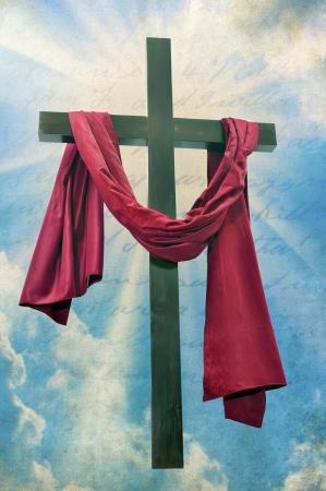 cruz roja: La cruz cristiana en un fondo del cielo Foto de archivo