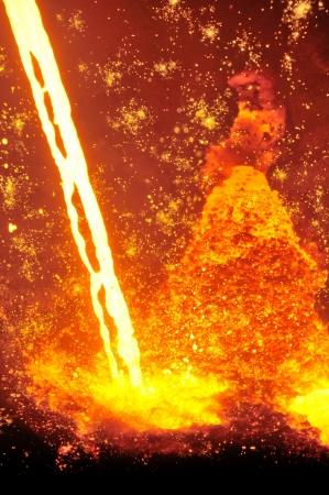 siderurgia: El acero fundido caliente que vierte