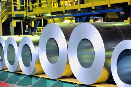 siderurgia: rollos de chapa de acero en una planta