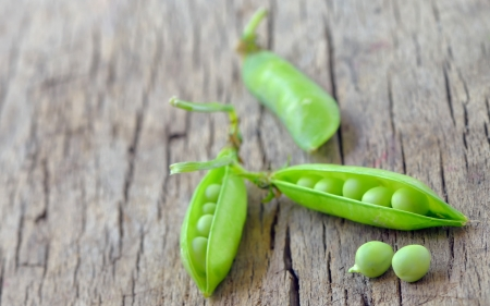 Fresh green peas on an old wooden background shoot in studio Stock Photo - 20332162
