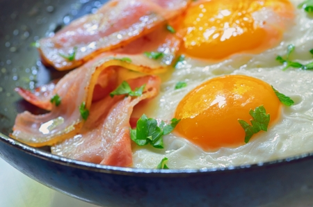 fried egg with bacon in a frying pan shoot in studio Stock Photo - 20763911