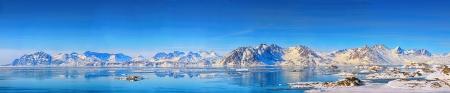 春の時間のグリーンランドのパノラマ山 写真素材