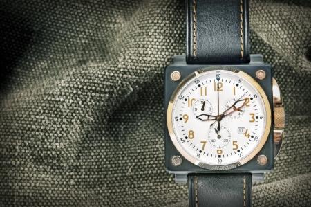 caida libre: reloj de la velocidad aérea militar de disparar en el estudio