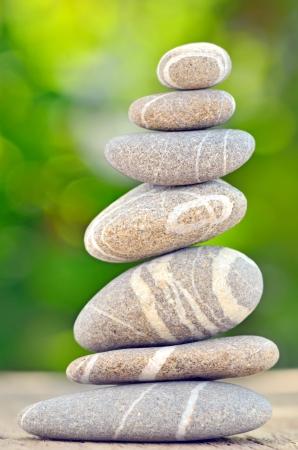 Stapel van kiezel stenen in de natuur