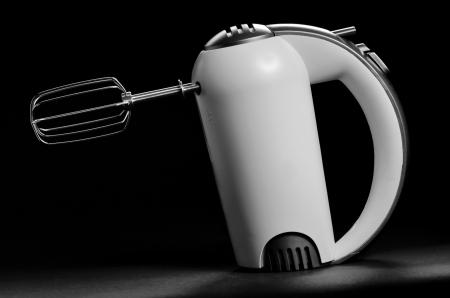 batteur �lectrique: m�langeur �lectrique isol� sur fond noir Banque d'images