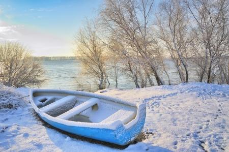 boot in de buurt Donau rivier schieten bij zonsopgang in de winter dag Stockfoto