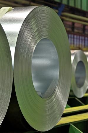 verpackt Stahlblechrollen in einer Lagerhalle Standard-Bild