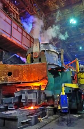 Het gieten van vloeibaar metaal; staalfabriek