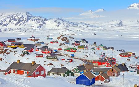 春の時間のグリーンランドでカラフルな家