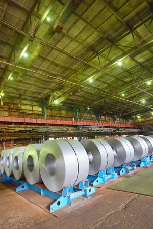 coil: bobina de acero galvanizado en un almacén