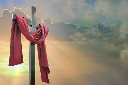 resurrecci�n: Cruz contra el cielo dram�tico