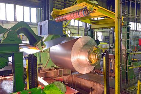 강철 공장 내부의 강철 코일 가공 기계
