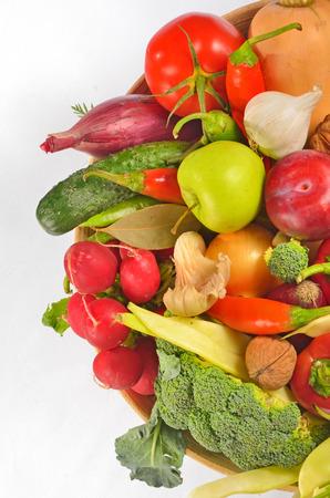 canastas con frutas: Frutas y verduras en la cesta en blanco