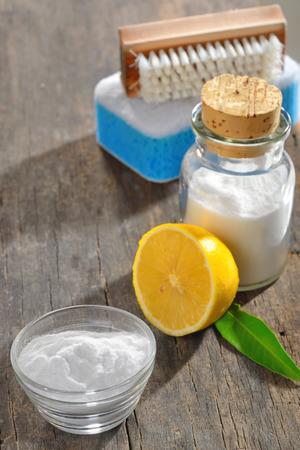 productos de limpieza: limpieza del material con lim�n y bicarbonato de sodio en la madera Foto de archivo