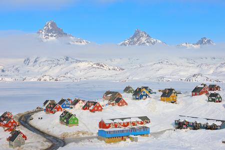 Hiver aux maisons colorées à Tasiilaq, Groenland oriental Banque d'images