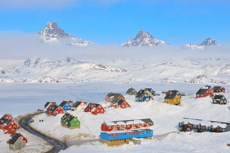Wintertijd met kleurrijke huizen in Tasiilaq, Oost-Groenland Stockfoto